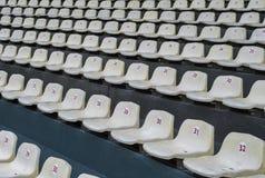 Stadionsweiße Plastiksitze lizenzfreies stockbild