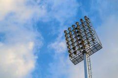 Stadionu futbolowego światła reflektorów słup na niebieskim niebie Zdjęcie Royalty Free