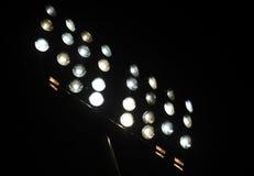 Stadionu futbolowego nokturnu potężni światła na ciemnym tle Obrazy Royalty Free