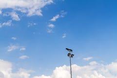 Stadionu futbolowego sporta światło z niebieskim niebem Zdjęcie Royalty Free