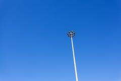 Stadionu futbolowego sporta światło z niebieskim niebem Obraz Royalty Free