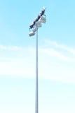 Stadionu futbolowego sportlight z niebieskim niebem Obrazy Stock