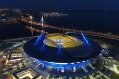 Stadionzenitarena på natten Upplyst vid mång--färgade ljus stadion på natten arkivbild