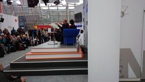 Stadium der Leipzig-Buchmesse mit einer Couch und vielen Besuchern stockfoto