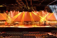 Stadium mit Lichtern und Klavier Stockfoto