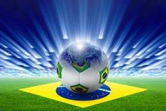 Stadium piłkarski, piłka, kula ziemska, flaga Brazylia Zdjęcia Royalty Free