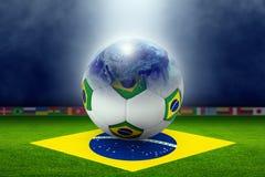 Stadium piłkarski, piłka, kula ziemska, flaga Brazylia Obrazy Stock