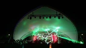 Stadium und eine Disco auf dem Strand Nachtstrand-Disco mit Beleuchtung konzert feier feiertag Fest Tanzen stock video