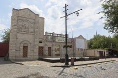 Stadiumgebied voor de synagoge van de Handelaar, het trefpunt van de avonden van de festivalzomer op Karaim in de stad van Evpato stock afbeelding