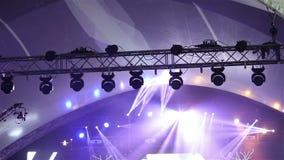 Stadiumlichten bij het overleg met mist, Stadiumlichten op een console, die het overlegstadium, vermaakoverleg aansteken stock video