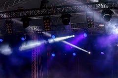 Stadiumsblitzausrüstung blauer Blitz von Scheinwerfern, Rauch O Lizenzfreies Stockfoto