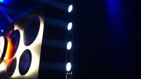 Stadiumschijnwerpers die helder en en weg in club, verlichting aanzetten glanzen stock videobeelden