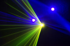 Stadiumsscheinwerfer mit Laser strahlt Steigungshintergrund aus Lizenzfreies Stockfoto