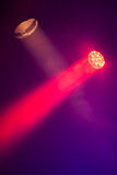Stadiumsscheinwerferlichter mit Rauche in den Strahlen stockfotografie