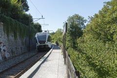 Stadler-FLIRT-Zug in Schloss Laufen morgens Rheinfall, die Schweiz Stockfotos