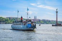 Stadsångbåtfärja med passagerare som att närma sig kajen Arkivbilder