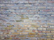 Stads- arkitektur för gammal smutsig för tegelstenvägg för yttersida sten för betong arkivfoton