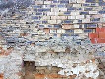 Stads- arkitektur för gammal smutsig för tegelstenvägg för yttersida sten för betong arkivbilder