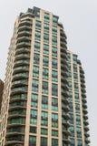 Stads- arkitektur för modern högväxt hyreshus Arkivfoto
