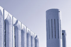 Stads- arkitektursikt av betongväggar och kolonner som byggs i futuristisk stads- stil royaltyfria bilder