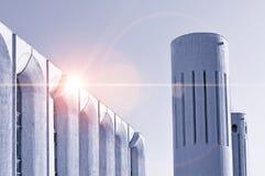 Stads- arkitektursikt av betongväggar och kolonner som byggs i futuristisk stads- stil arkivbilder