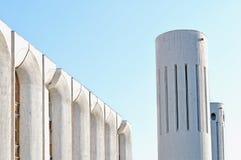 Stads- arkitektursikt av betongväggar och kolonner som byggs i futuristisk stads- stil royaltyfri fotografi