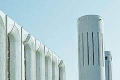Stads- arkitektursikt av betongväggar och kolonner som byggs i futuristisk stads- stil royaltyfria foton