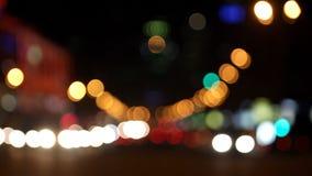 Stads automobiel verkeer bij nacht stock video