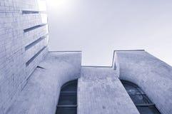 Stads- bakgrund för arkitektur - nedersta sikt för perspektiv av hög byggnad av betong och exponeringsglas royaltyfri foto