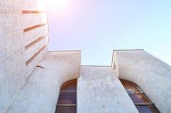 Stads- bakgrund för arkitektur - nedersta sikt för perspektiv av hög byggnad av betong och exponeringsglas royaltyfri bild