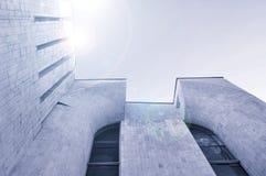 Stads- bakgrund för arkitektur - nedersta sikt för perspektiv av hög byggnad av betong och exponeringsglas arkivbild