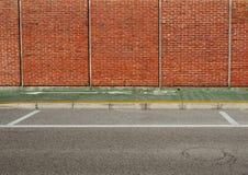 stads- bakgrund Grön cykelgränd mellan en tegelstenvägg och gatan royaltyfri fotografi