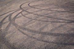 Stads- bakgrund med gummihjulspår på asfalten Royaltyfri Fotografi