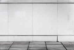Stads- bakgrundsinre med väggen för vit metall Royaltyfri Bild