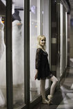 Stads- ballerinabenägenhet mot lagerfönster Royaltyfri Fotografi