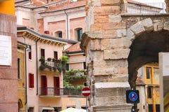 Stads- byggnader nära arenan av Verona i Italien Royaltyfri Bild