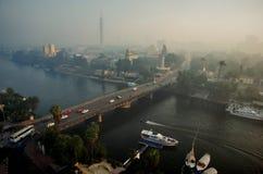 Stads- cityscape med en bro över floden Royaltyfri Fotografi