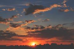 Stads- cityscape på den dramatiska solnedgången Royaltyfria Bilder