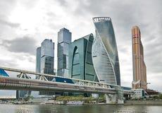 Stads commerciële centrumgebouwen en de brug Royalty-vrije Stock Foto