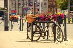 Stads- cykel som parkeras i gatan Royaltyfri Bild