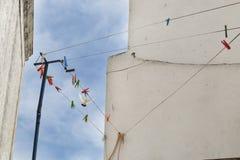 stads- detalj Vita väggar och blå himmel Royaltyfri Bild