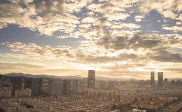 Stads- fastighetbegrepp: stad på skymningfärghimmel och molncityscapebakgrund arkivbilder