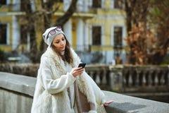 Stads- flicka som skriver ett meddelande Arkivfoton