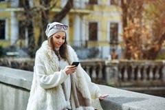 Stads- flicka som skriver ett meddelande Royaltyfri Bild