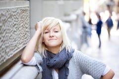stads- flickastående Arkivbild