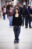 Stads- flickastående arkivfoto