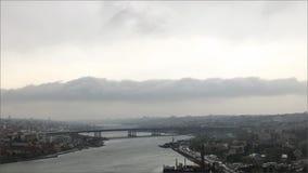 Stads-, flod- och molnbakgrund arkivfoto