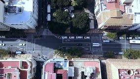 Stads- flyg- sikt av vägen in mot genomskärningen som visar stads- vägkorsning trafik som kör över vägar och Fotografering för Bildbyråer