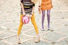 Stads- folk för mode, kvinna som är utomhus- livsstil arkivfoton