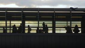 Stads- folkmassa på en planskild korsning arkivfilmer